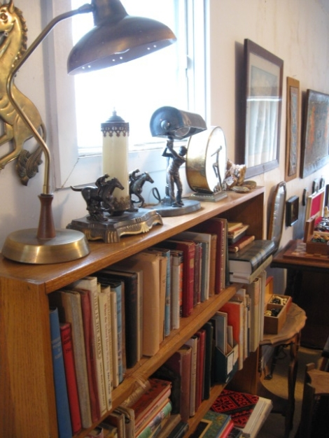 t's a good idea to know a few things before buying antiques at auction !